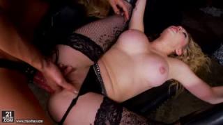 BDSM zwischen zwei Braunhaarige Lesben