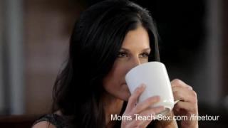 Sara Jay ist eine spektakulär üppige Stiefmutter