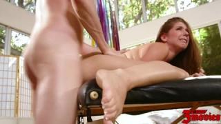 Entspannt sich während einer Massage um gefickt zu werden