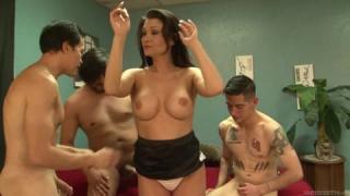 Junger Mann führt Gangbang auf einer Party mit seinen perversen Freunden durch
