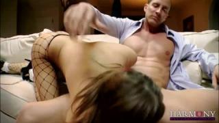Heiße junge Frau masturbiert, wenn sie sieht, dass sie bestraft werden würde