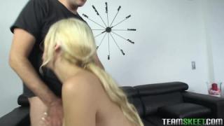 Blondie Fesser springt auf einen dicken Schwanz
