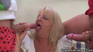 Lisa Ann verführt einen viel jüngeren Jungen den sie