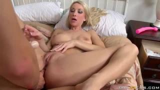 Strapon party mit zwei titty lesbians