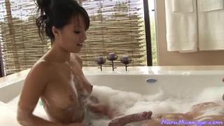 Asa Akira masturbiert allein zu Hause