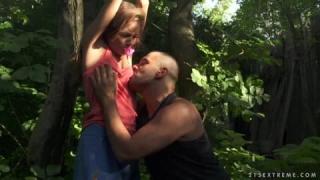 Sophie Lynx ist eine Sexsklavin im Wald