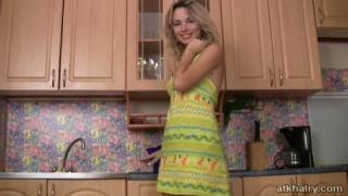 Natalia mit ihrer haarigen Möse vor der Kamera