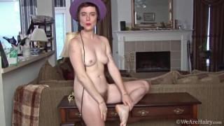 Ruby hat eine behaarte Fotze zum Masturbieren bei Vagosex