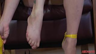 Alice Chambers masturbiert und gibt einen Footjob