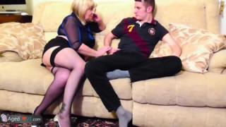 German Milf fickt jungen Mann auf dem Sofa