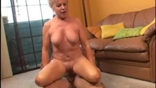Reife Blondine hat guten Hausfrauensex