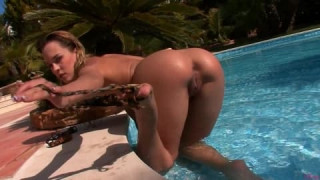 Blue Angel ist im Pool und masturbiert bei Twistys