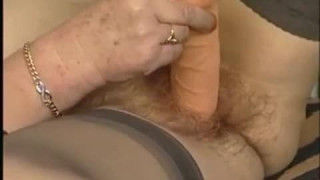 Reife rothaarige Frau holt dicken Dildo heraus bei granny porn