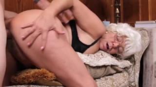 Diese blonde Oma liebt es bei Granny Porn ihre Möse zu spüren