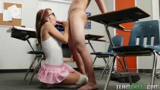 Teenager auf Schreibtisch vom Lehrer gefickt bei fladies