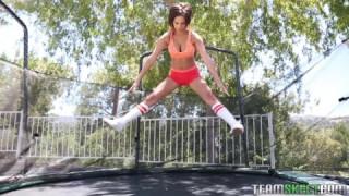 Ashley Adams zeigt draußen ihren heißen Körper bei Dicke Brüste.