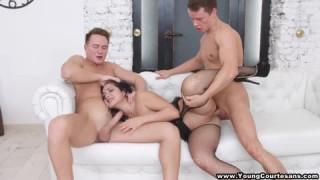 Eine attraktive heiße Brünette befriedigt zwei Männer bei nacktefrauen