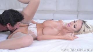 Hübsche Blondine kriegt ihre Muschi gefickt bei turkish porn