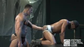 Erik Rhodes und Collin Black Fisten sich bei big black cock