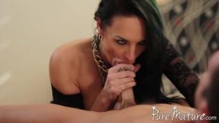 Alektra Blue genießt ihren Körper bei porn300