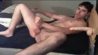 Ein Dildo Fick im Bett für diesen Schwulen bei sexnord