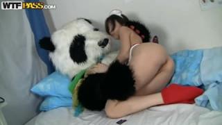 Nene genießt den Pimmel ihres Pandabärs bei teen porn